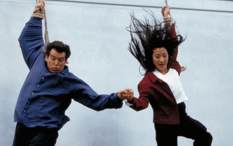 看看 007 跳大樓時的衰樣,楊紫瓊早就習慣吊威牙了。