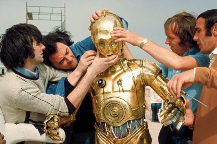 安東尼丹尼斯的 C-3PO 機械盔甲難以穿戴。