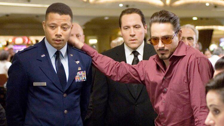 小勞勃道尼主演漫威超級英雄電影《鋼鐵人 2》中的泰倫斯霍華(左)。