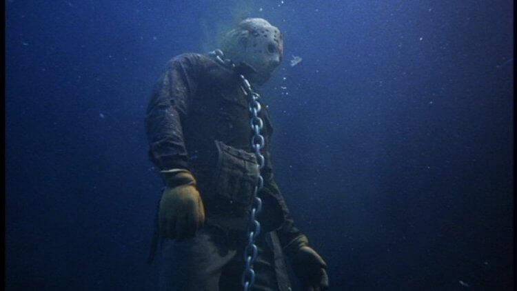 傑森在《13 號星期五》裡頭被鍊在水晶湖湖底。