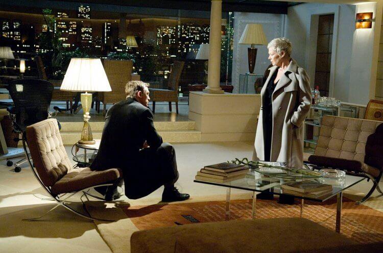 《007 首部曲 : 皇家夜總會》巴塞隆納椅。