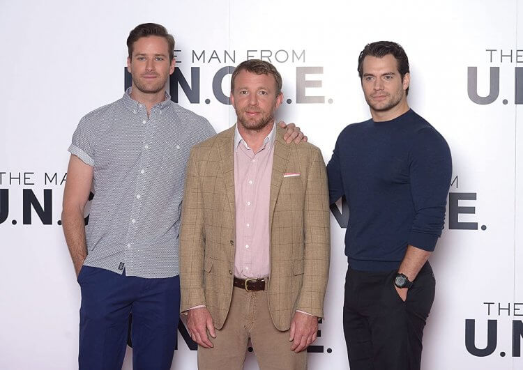 《紳士密令》蓋瑞奇(中)與兩位主演。