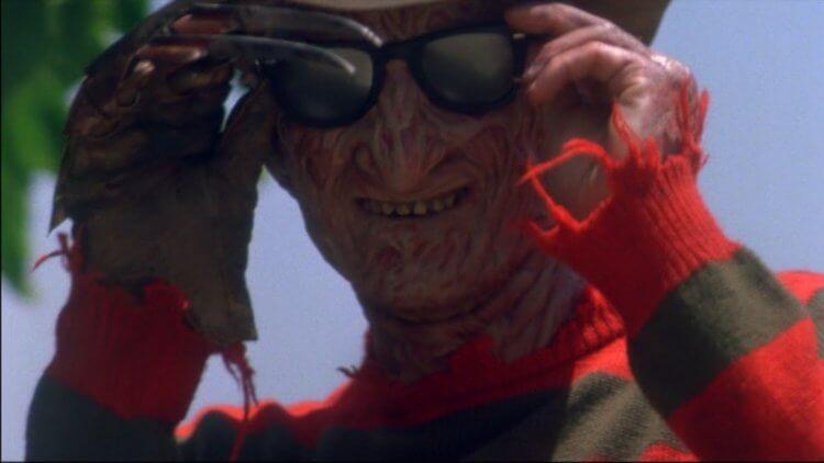 在《半夜鬼上床》系列電影出現的佛萊迪戴上太陽眼鏡的樣子令人莞爾。