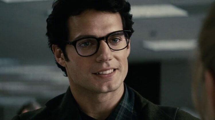 「超人」亨利卡維爾的偽裝是戴上一副眼鏡。