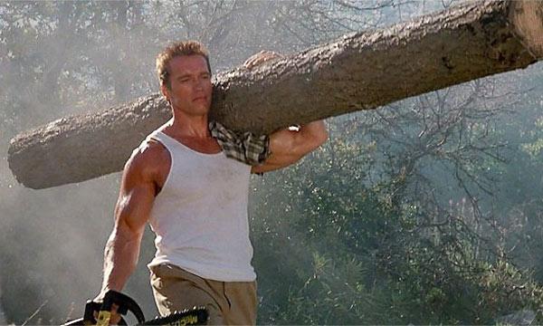 在《魔鬼司令》裡的阿諾浮誇的可以以單臂抬起比人高的木頭。