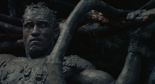 在《終極戰士》中,手無寸鐵的阿諾史瓦辛格必須躲到泥巴藏身活命。