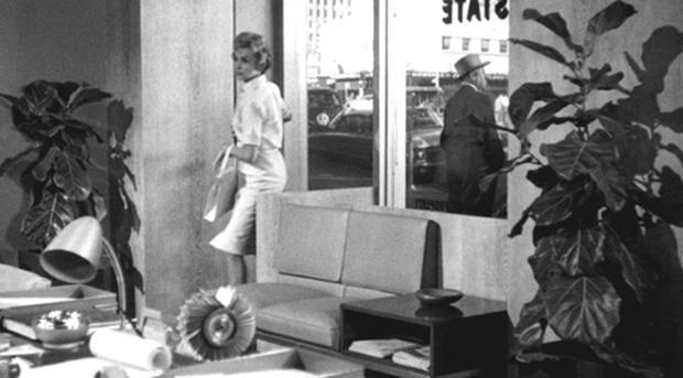 大導演希區考克在自己執導的電影《驚魂記》(Psycho) 客串了一位紳士路人甲。
