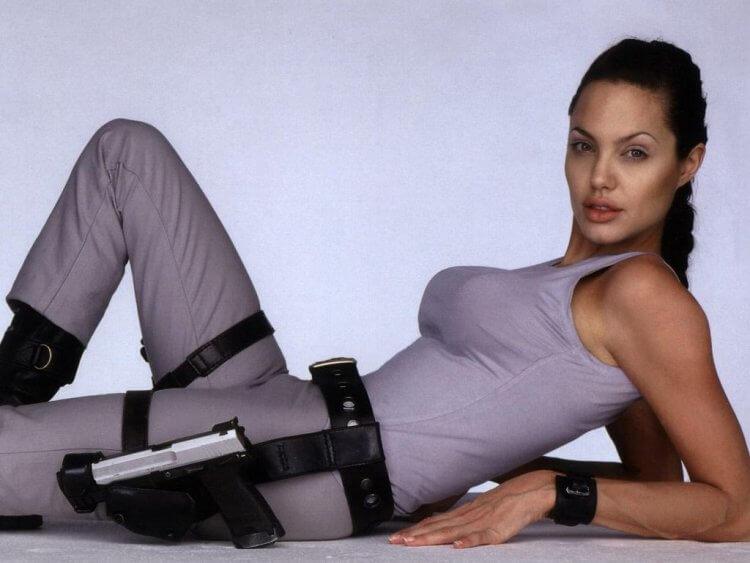 安潔莉娜裘莉 (Angelina Jolie) 在電影《古墓奇兵》(Tomb Raider) 飾演主角蘿拉卡芙特 (Lara Croft)。