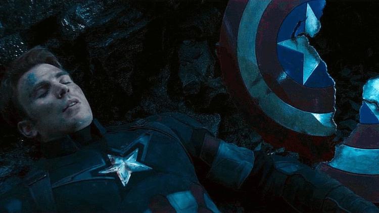 美國隊長 (Captain America) 的汎合金盾牌在《復仇者聯盟4:終局之戰》遭薩諾斯砍成兩半。