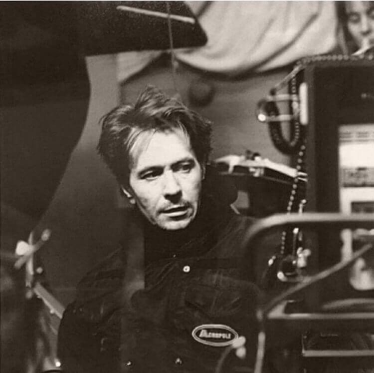 蓋瑞歐德曼執導《切勿吞食》的片場照。