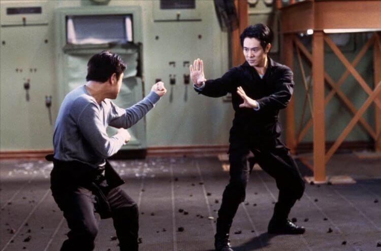 由李連杰主演的《救世主》,也有本尊與分身對抗的劇情。