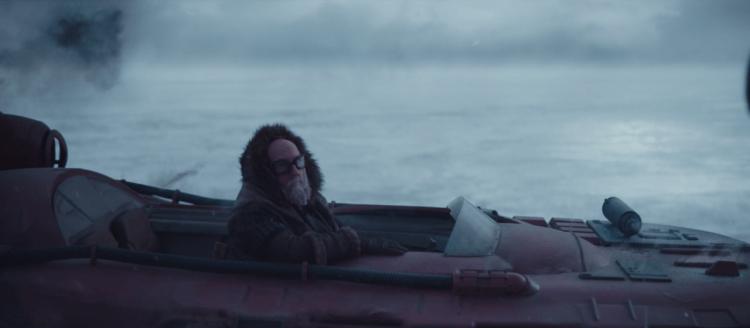 《曼達洛人》警告曼達不要踏上冰層後就被雪怪吃掉的人,是由喜劇演員布萊恩波塞恩所客串。