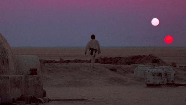1977 年由喬治盧卡斯編導的《星際大戰四部曲:曙光乍現》開頭片段中,出現了兩個夕陽。