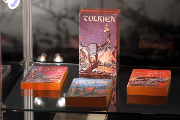 J.R.R.托爾金出版的《魔戒》系列書籍。
