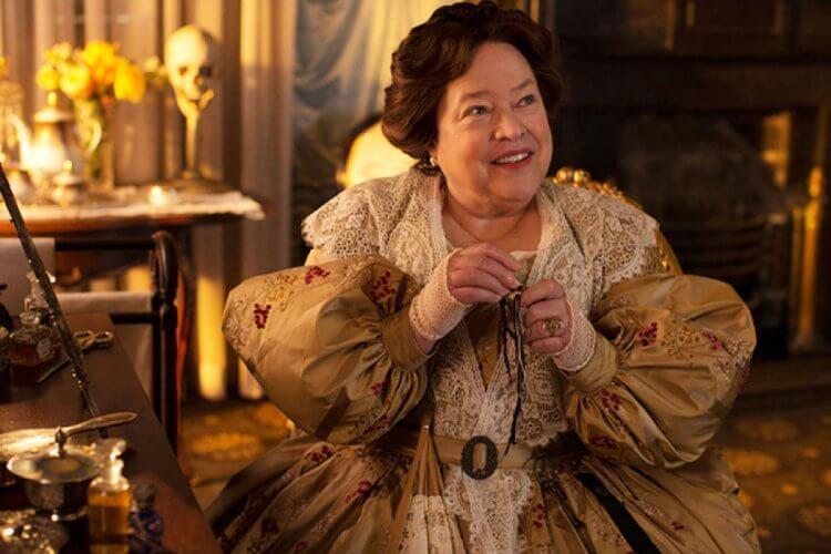 影集《美國恐怖故事》第三季中曾出現過拉勞瑞大宅曾經的主人:拉勞瑞夫人,由影星凱西貝茲詮釋演出。