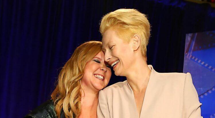 2014 年哥譚獨立電影獎頒獎台上的艾米舒曼與蒂妲絲雲頓。