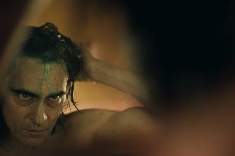 華納在陶德菲利普導演的新作《小丑》起源電影的操作和以往 DC 系列電影有所不同,瓦昆菲尼克斯的表現更是一大關鍵。