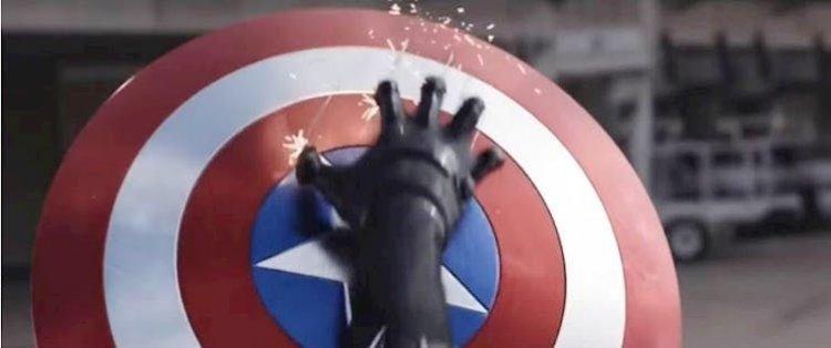 《美國隊長3:英雄內戰》中美國隊長盾牌遭「貓爪」攻擊。