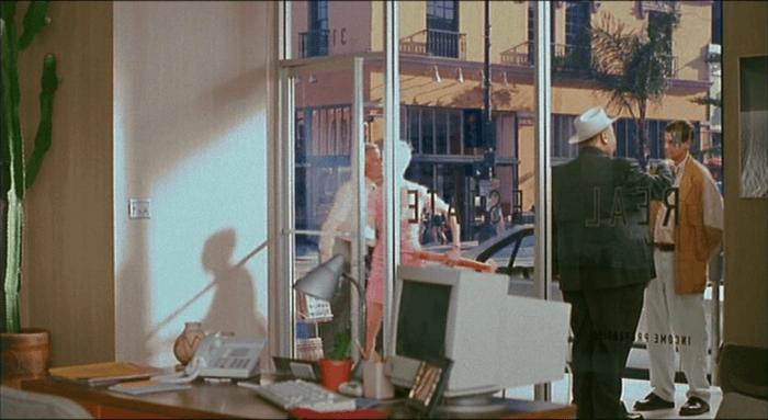 重拍版的《1999 驚魂記》電影中,導演葛斯范桑扮成近似希區考克的身形,飾演當年原版電影中大師客串的路人甲。
