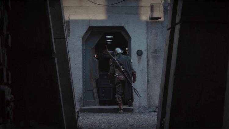 首度在《星際大戰四部曲:曙光乍現》的 GNK 機器人帶領曼達前往委託人的巢穴。