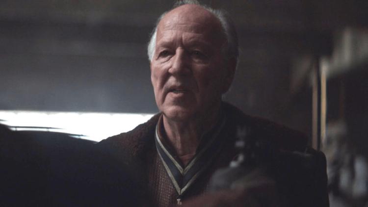 電影大師韋納荷索在《曼達洛人》首集中客串委託人格里夫卡爾加,聲稱曼達為「秒差中的高手」。