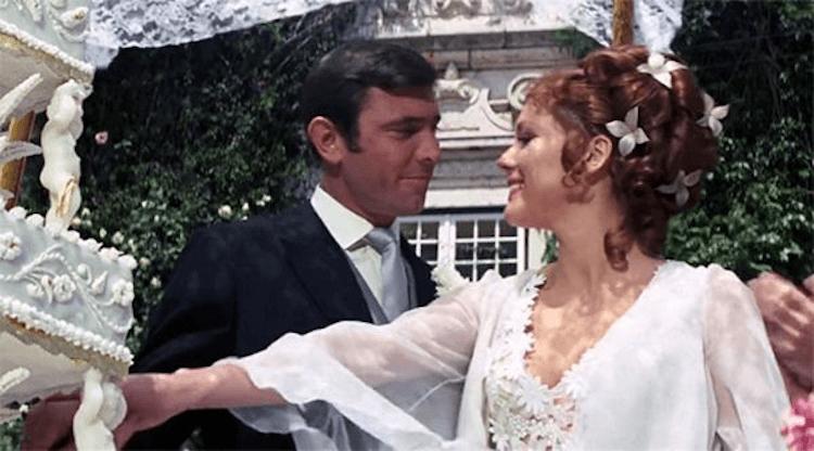 《007:女王密使》中由喬治拉贊貝飾演的龐德也娶了龐德女郎作為妻子。