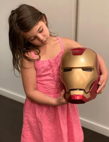 7 歲女星蕾西拉比 (Lexi Rabe) 飾演鋼鐵人的女兒。