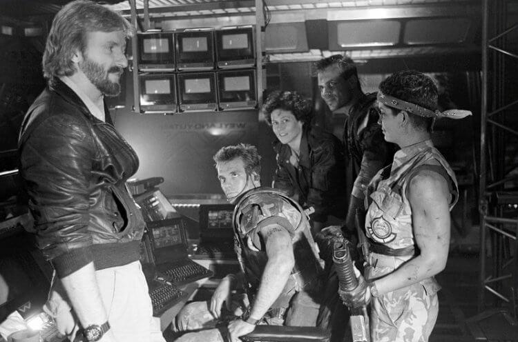 拍攝《異形 2》的詹姆斯卡麥隆,其實他編寫劇本的時候也同時煩惱著「藍波」《第一滴血續集》電影的初版劇本。
