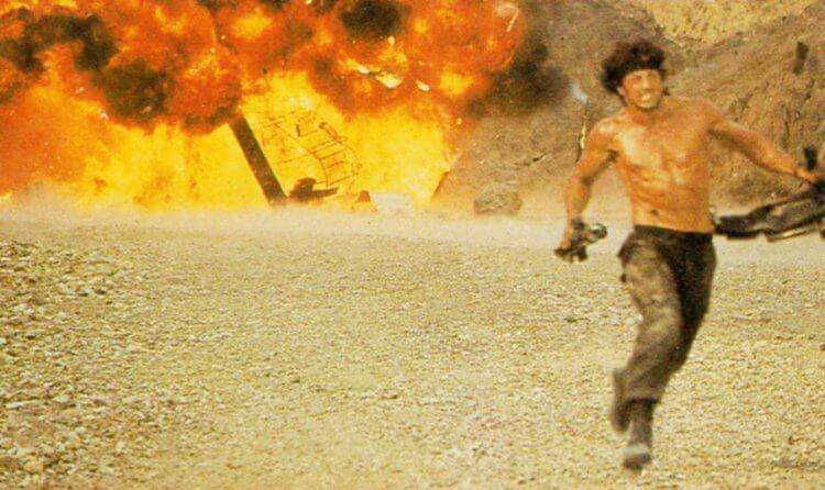 承襲《第一滴血續集》的打赤膊硬漢藍波形象,《第一滴血第三集》片中席維斯史特龍必須赤身在高溫下搏鬥,十分辛苦。