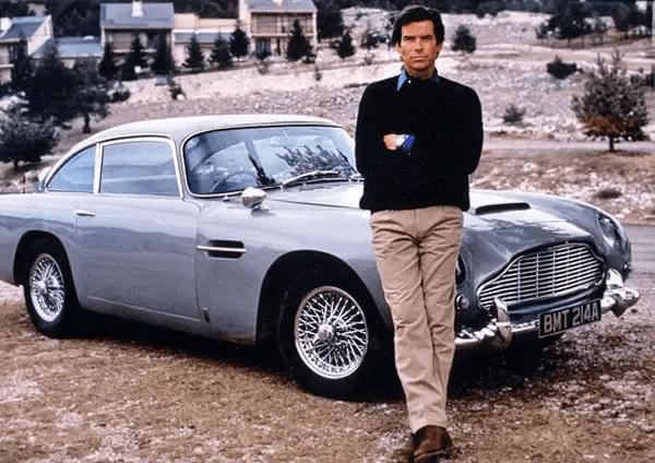 到了皮爾斯布洛斯南飾演的詹姆士龐德,奧斯頓馬丁 DB5 依然是這位 007 探員的愛用車款。