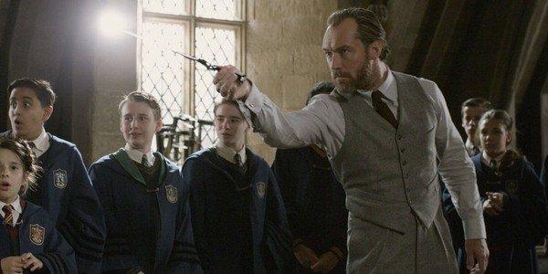 裘德洛在《哈利波特》作者 J.K. 羅琳撰寫劇本的電影《怪獸與葛林戴華德的罪行》中飾演鄧不利多。
