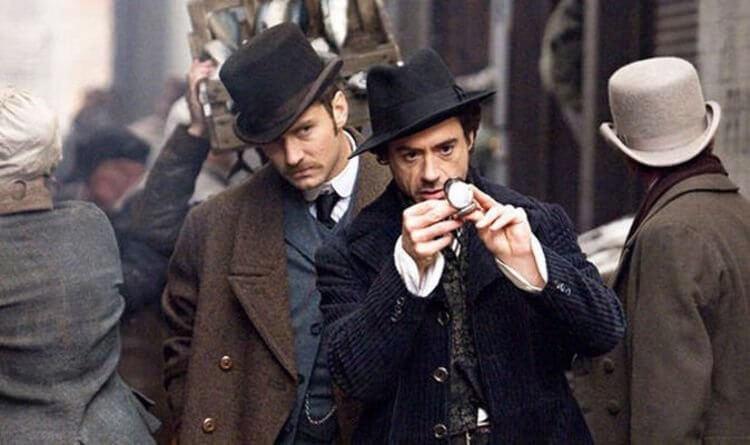 小勞勃道尼與裘德洛在《福爾摩斯》系列電影中分別飾演福爾摩斯以及華生這對難兄難弟。