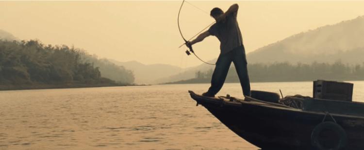 2008 年藍波系列動作電影續集《第一滴血 4》,隱居泰國的藍波拉弓──捕魚謀生。
