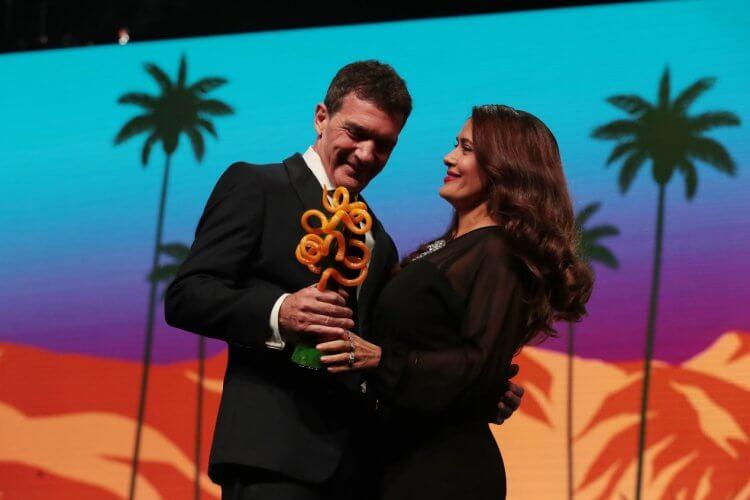 棕櫚泉國際影展慣例邀請得獎者好友頒獎給得獎人,如頒獎給安東尼奧班德拉斯是曾在《揮灑烈愛》、《英雄不流淚》等片合作過的銀幕情人莎瑪海耶克。