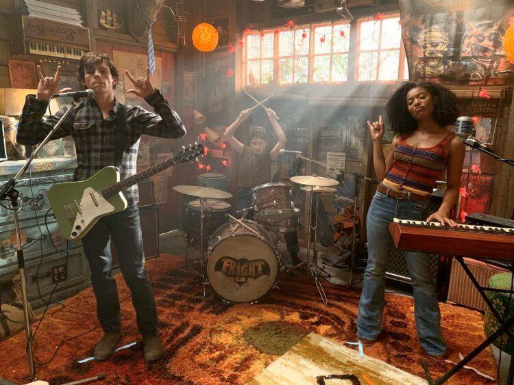 Netflix 青春魔幻女巫影集《莎賓娜的顫慄冒險》中由羅斯林奇飾演的哈維、拉克蘭華生飾演的席歐,以及潔茲辛克雷爾 (Jaz Sinclair) 飾演的蘿莎琳。