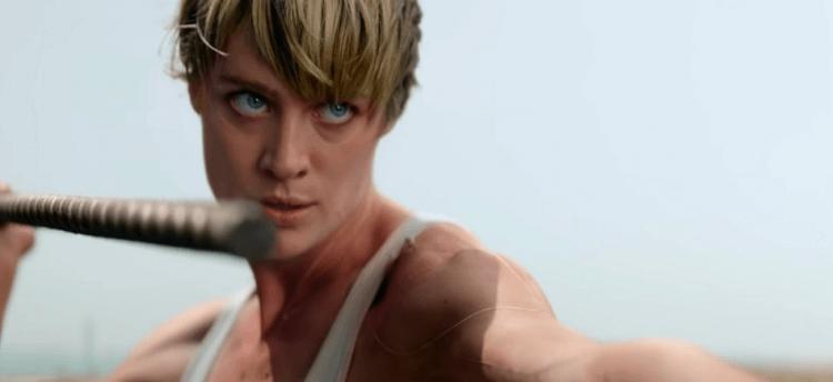 麥坎西黛維斯在 T6《魔鬼終結者:黑暗宿命》中霸氣開殺的動作戲受到國外媒體稱讚。