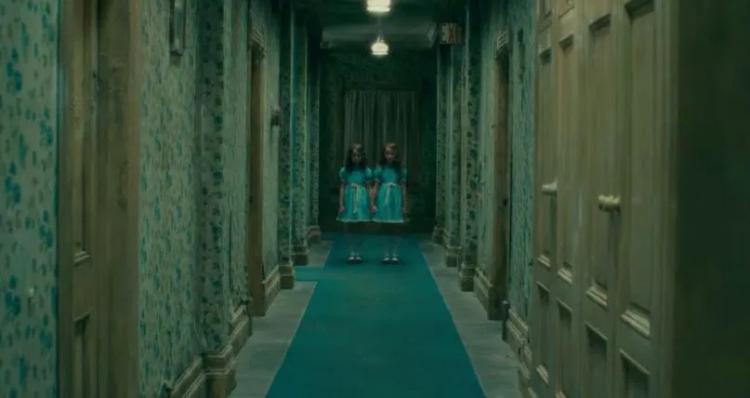 《安眠醫生》中,重現史丹利庫柏力克《鬼店》裡那對恐怖雙胞胎。