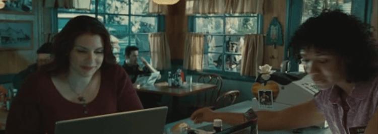 《暮光之城》(Twilight) 原作者史蒂芬妮梅爾 (Stephenie Meyer) 本人客串演出電影的畫面。