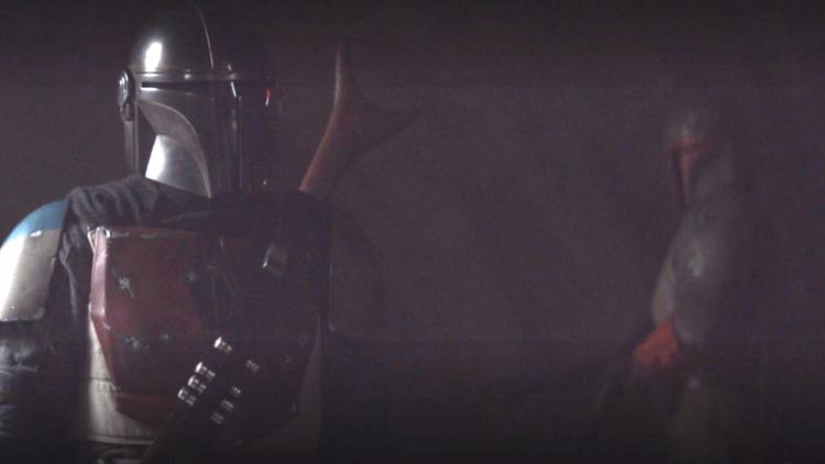 曼達拜訪曼達洛鐵匠時,經過了一個守衛,他的外表相當神似在《星際大戰六部曲:絕地大反攻》中死亡的波巴費特。