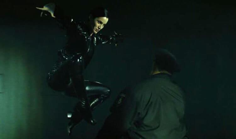 電影《駭客任務》飾演崔妮蒂 (Trinity) 的凱莉安摩斯沒有武打背景,格鬥場面卻親自上陣,精采演出?