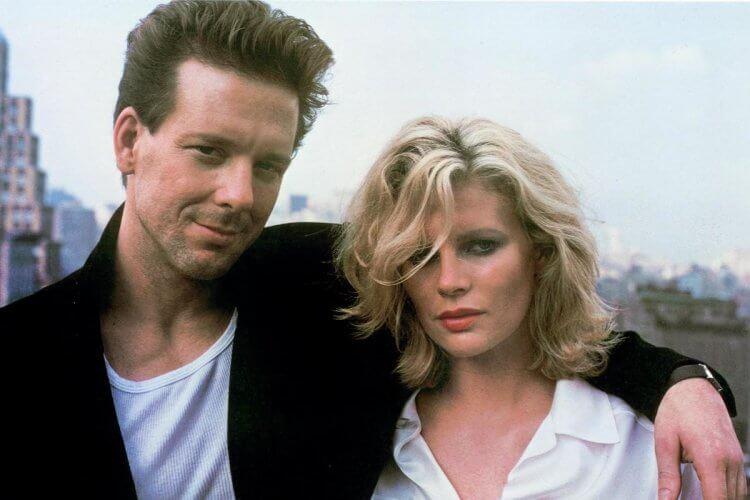 1986 年電影《愛你九週半》中的米基洛克與女主角金貝辛格。