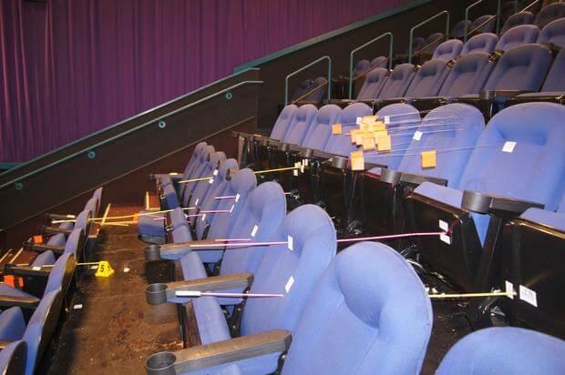 曾趁《黑暗騎士:黎明昇起》在美國首映時發生的科羅拉多州奧羅拉市槍擊事件現場,座位上每根桿子都代表一顆子彈,片商也一時取消接下來的首映活動與相關預告。