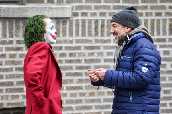 《小丑》拍攝現場的瓦昆菲尼克斯(飾演小丑)以及陶德菲利普斯(本片導演)。