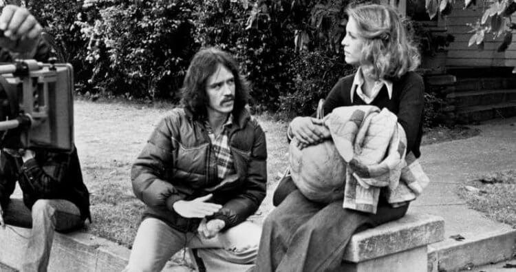 1978 年推出的經典砍殺恐怖片《月光光心慌慌》,創作者約翰卡本特與女主角潔美李寇蒂斯。