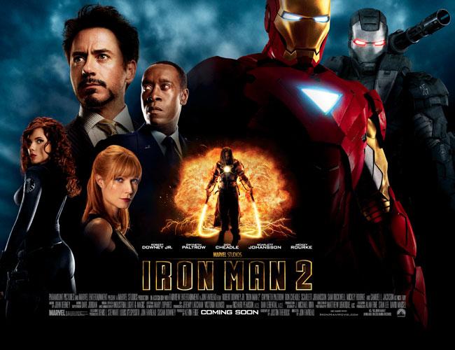 《鋼鐵人 2》是開啟漫威電影宇宙的《鋼鐵人》續集,除了飾演「鋼鐵人」的小勞勃道尼,史嘉蕾喬韓森飾演的「黑寡婦」在電影當中首次登場。