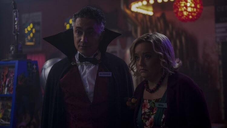 Netflix 青春魔幻女巫影集《莎賓娜的顫慄冒險》中由露西戴維絲飾演的希爾達姑姑在第二季感情有穩定發展。