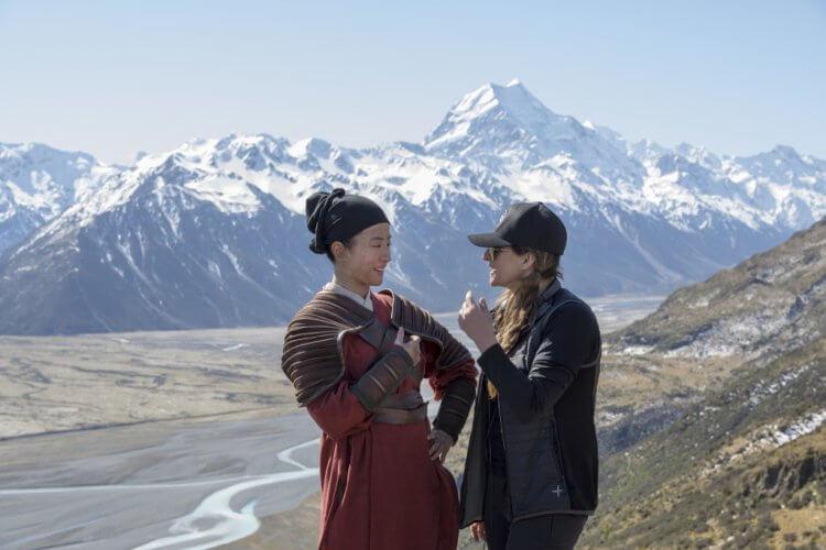 拍攝現場的女主角劉亦菲與迪士尼真人電影《花木蘭》導演妮姬卡蘿。