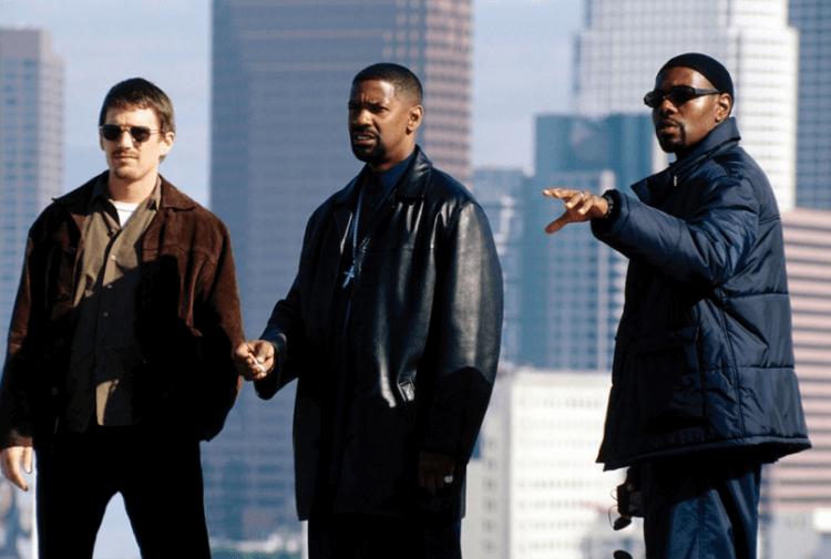 2001 年黑警電影《震撼教育》導演安東尼法奎與兩名主演:丹佐華盛頓、伊森霍克。