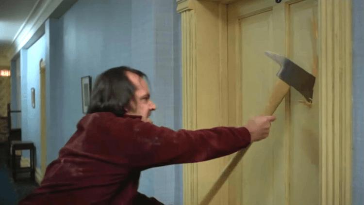 庫柏力克《鬼店》中傑克用斧頭破門的場景被無數電影致敬,然而在史蒂芬金的原著中,傑克是拿著槌子。