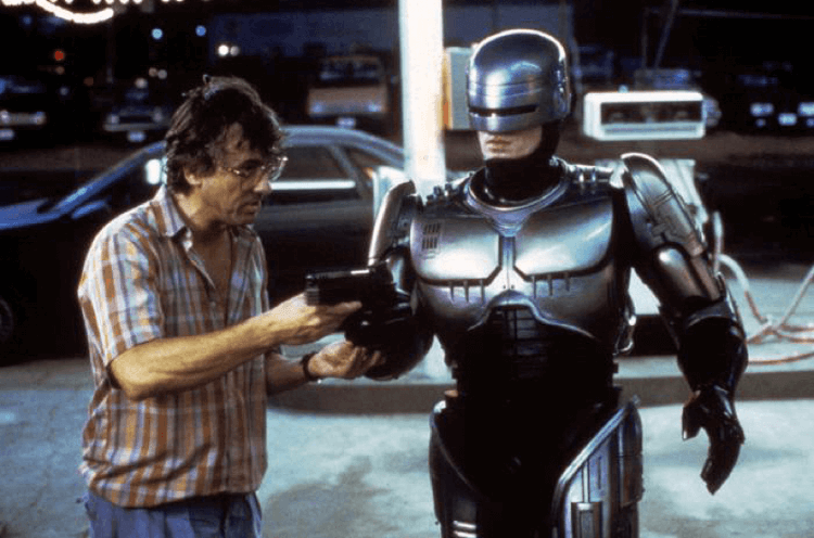 1987 年保羅范赫文於片場執導《機器戰警》。
